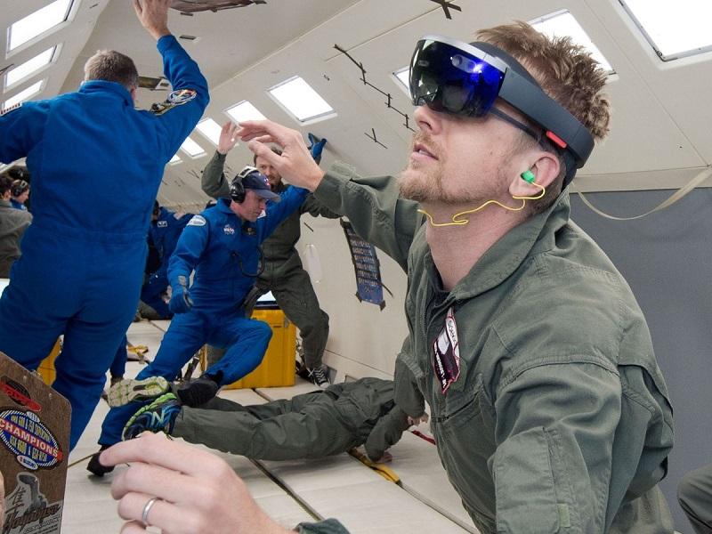 ارسال دو دستگاه هولولنز مایکروسافت به فضا در تاریخ ۳ دسامبر