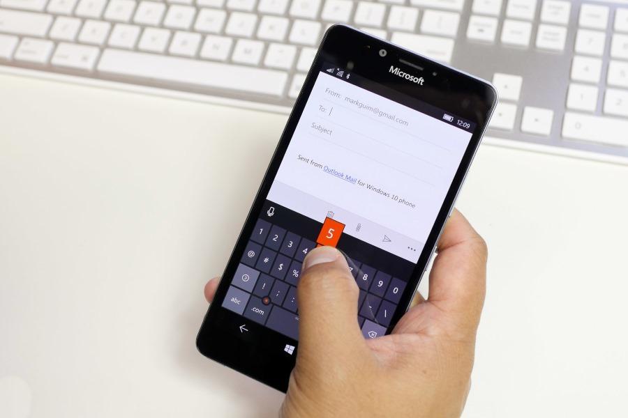 امکان تغییر شکل کیبورد در گوشی های بزرگ برای تایپ با یک دست در ویندوز ۱۰